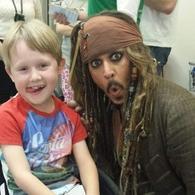 Jack Sparrow hace una pausa, y visita hospital de niños