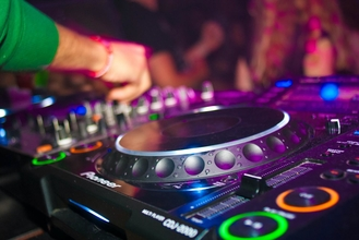 Se requiere DJ real de 25 a 35 años para proyecto remunerado