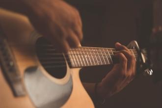 Se precisa guitarra base que pueda hacer coros para trío de folclore en Zona Sur