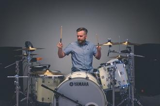 Se requiere hombre baterista de 25 a 35 años para proyecto remunerado