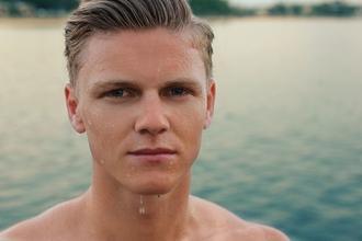 Se seleccionan hombres rubios con ojos claros y de edad entre 18 y 30 años para comercial