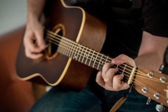 Se busca actor que aparente 18 años con conocimientos de canto y guitarra para serie web