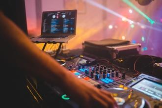 Se buscan hombres y mujeres DJs de 25 a 45 años para proyecto remunerado
