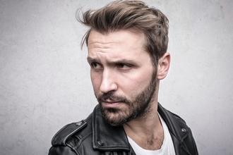 Se seleccionan hombres de 25 a 45 años con barba y tatuajes para publicidad