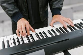 Se precisa actor de 45 a 55 años que toque el teclado para película en Buenos Aires
