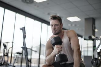 Se seleccionan hombres musculosos de 25 a 40 años para proyecto remunerado