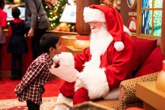 Se seleccionan Papá Noel y duendes para evento de Navidad