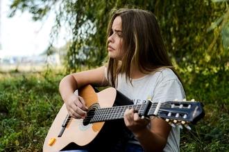 Se busca guitarrista y/o tecladista femenina que pueda cantar para banda de covers