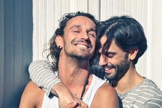 Se seleccionan parejas homosexuales de entre 30 y 50 años (con o sin hijos) para realizar una producción de fotos