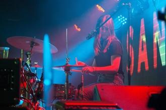 Se busca baterista femenina para obra de teatro