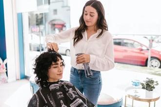 Se requieren peluqueros a partir de 18 años para rodar en anuncio publicitario