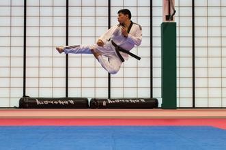 Se solicitan hombres que practiquen artes marciales de 24 a 40 años para proyecto