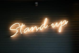Se busca show de stand up profesionales con sonido propio para cenas shows