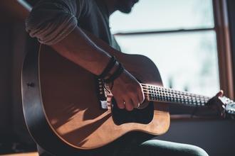 Se busca guitarrista que haga coros para grabar EP y distintos proyectos