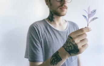 Se buscan necesitan hombres de 25 a 40 años con tatoos, todos los looks